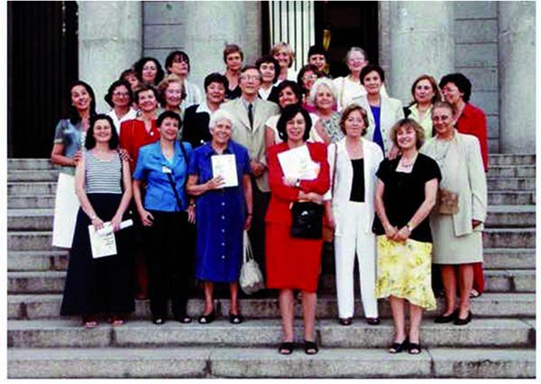 El Presidente Rolf Tarrach con las editoras y coautoras del número de la revista ARBOR dedicado a una visión de género en el CSIC. Fotografía tomada en la fiesta de verano del CSIC, en Madrid, en julio de 2002