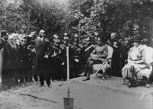 Figura 1. Discurso de Francesc Cambó en presencia de los reyes en el acto de inauguración del Parque Nacional de Covadonga, 8 de septiembre de 1918