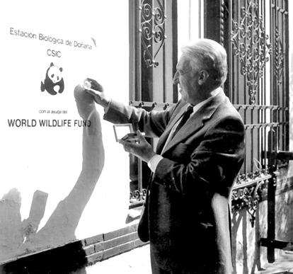 Valverde ante la placa conmemorativa de la Estación Biológica de Doñana
