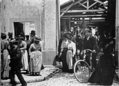 La Salida de Trabajadores de la Fabrica (La Sortie des usines Lumière), 1895
